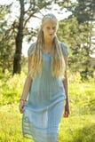 Piękna młoda dziewczyna z długim blondynem zdjęcia royalty free