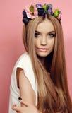 Piękna młoda dziewczyna z długim prostym włosy z jaskrawego kwiatu kapitałką Obraz Stock