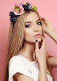 Piękna młoda dziewczyna z długim prostym włosy z jaskrawego kwiatu kapitałką Zdjęcie Stock