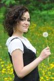 Piękna młoda dziewczyna z dandelion Fotografia Stock