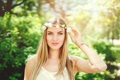 Piękna młoda dziewczyna z jabłczanymi kwiatami zdjęcie royalty free