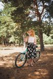 Piękna młoda dziewczyna z jej rowerów kwiatami na jesieni polu i krążownikiem Najlepszy czas chodzić z bicyklem Obraz Royalty Free