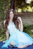 Piękna młoda dziewczyna z koroną na jej głowie w sukni, sitt obrazy stock