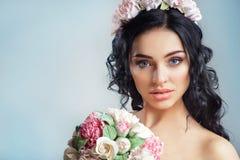 Piękna młoda dziewczyna z kwiecistym ornamentem w jej włosy na błękitnym tle Portret piękna kobieta w ślubnej sukni Zdjęcia Stock