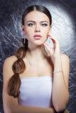 Piękna młoda dziewczyna z piękną elegancką drogą biżuterią, kolia, kolczyki, bransoletka, pierścionek, filmuje w studiu Obraz Stock