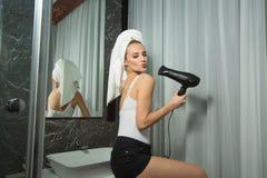 Piękna młoda dziewczyna z ręcznikiem na jej głowie zdjęcie stock