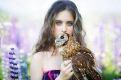 Piękna młoda dziewczyna z sową zdjęcie stock