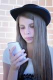 Piękna młoda dziewczyna z telefonem obraz royalty free
