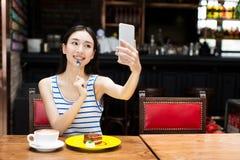 Piękna młoda dziewczyna z telefonem komórkowym Fotografia Royalty Free