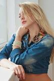 Piękna młoda dziewczyna z włosy długimi uczciwymi spojrzeniami z Zdjęcie Stock