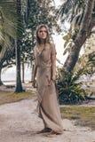 Piękna młoda elegancka kobieta outdoors obrazy stock