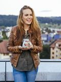 Piękna młoda kobieta śmia się kawę outdoors i pije obraz stock