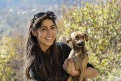 Piękna młoda kobieta śmia się psa i ściska Fotografia Royalty Free
