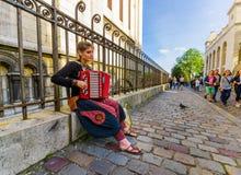 Piękna młoda kobieta bawić się akordeon w obrazy royalty free