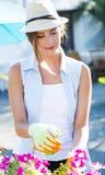 Piękna młoda kobieta bierze opiekę ogrodowy dom Zdjęcia Stock