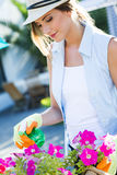 Piękna młoda kobieta bierze opiekę ogrodowy dom Fotografia Royalty Free