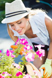 Piękna młoda kobieta bierze opiekę ogrodowy dom Zdjęcia Royalty Free