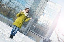 Piękna młoda kobieta blisko biznesowych budynków w zimie Obrazy Royalty Free