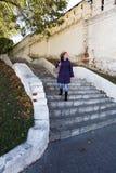 Piękna młoda kobieta chodzi w dół schodki fotografia royalty free