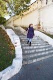 Piękna młoda kobieta chodzi w dół schodki zdjęcie royalty free