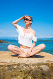 Piękna młoda kobieta cieszy się ocean Zdjęcia Stock