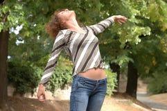 Piękna młoda kobieta cieszy się w drewnach Zdjęcie Stock