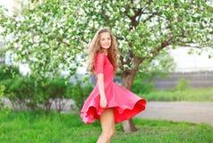 Piękna młoda kobieta cieszy się w kwiecenie ogródzie Zdjęcie Royalty Free