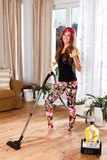 Piękna młoda kobieta czyści żywego pokój Zdjęcie Royalty Free