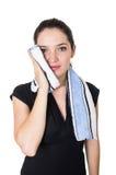 Piękna młoda kobieta czyści jej twarz z a Fotografia Stock
