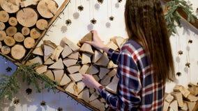 Piękna młoda kobieta dekoruje ścianę w twój domu zdjęcie wideo