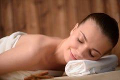Piękna młoda kobieta dostaje relaksująca jest zdrojem Obrazy Royalty Free
