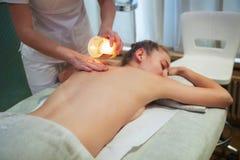 Piękna młoda kobieta dostaje zdroju masaż Zdjęcia Royalty Free