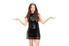 Piękna młoda kobieta gestykuluje z jej rękami w sukni Obraz Stock