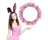 Piękna młoda kobieta jako Easter królik obrazy royalty free