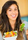 Piękna młoda kobieta je puchar zdrowa organicznie sałatka Obrazy Royalty Free