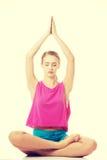 Piękna młoda kobieta jest ćwiczyć, robi joga zdjęcie stock