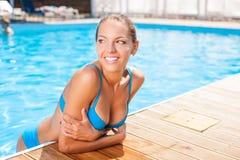 Piękna młoda kobieta jest odpoczynkowa na wakacje obraz stock