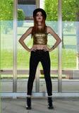 Piękna młoda kobieta jest ubranym czarnego kapelusz, złota odgórny i czarny cajgów modelować Dziewiętnaście ` s stylów Mody sesja Obrazy Stock