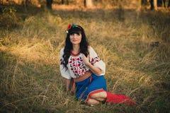 Piękna młoda kobieta jest ubranym krajowy ukraińskiego Zdjęcia Stock