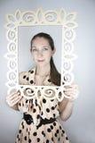 Piękna młoda kobieta jest ubranym kropki sukni chwyt Zdjęcia Stock
