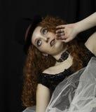 Piękna młoda kobieta jest ubranym odgórnego kapelusz i krynolinę Zdjęcia Royalty Free