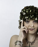 Piękna młoda kobieta jest ubranym 1970s zieleni nakrętkę Zdjęcia Stock