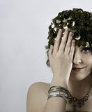 Piękna młoda kobieta jest ubranym 1970s zieleni nakrętkę Fotografia Stock