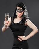 Piękna młoda kobieta jest ubranym twarzy masque zdjęcia royalty free