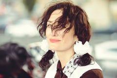 Piękna młoda kobieta, kędzierzawa fryzura i łęki w na wolnym powietrzu, Szczęśliwy i zdrowy ubierający w Radzieckim mundurku szko Zdjęcia Royalty Free