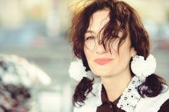 Piękna młoda kobieta, kędzierzawa fryzura i łęki w na wolnym powietrzu, Szczęśliwy i zdrowy ubierający w Radzieckim mundurku szko Obrazy Royalty Free
