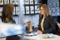 Piękna młoda kobieta kupuje herbacianych liście ciężarem w organicznie sklepie zdjęcia stock