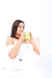 Piękna młoda kobieta ma jej pierwszy kawę w łóżku Zdjęcie Stock