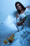 Piękna młoda kobieta ma jej pierwszy kawę w łóżku obrazy royalty free
