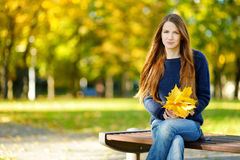 Piękna młoda kobieta ma zabawę na jesień dniu Fotografia Royalty Free